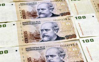 Τα hedge funds επιδιώκουν να ελαχιστοποιήσουν τις δυνατότητες της Αργεντινής να αντλήσει κεφάλαια από το εξωτερικό ώστε να την εξαναγκάσουν να καταβάλει τα 1,7 δισ. δολάρια στα οποία ανέρχεται η ονομαστική αξία των ομολόγων τους.