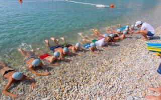 Μαθήματα ασφαλούς κολύμβησης και κιναισθητικά παιχνίδια περιλαμβάνονται στις αθλητικές δραστηριότητες.