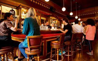 Φωτογραφία: Αγγελος Γιωτόπουλος - Το «42» (Κολοκοτρώνη 3), ένα από τα καλύτερα αθηναϊκά μπαρ της τελευταίας δεκαετίας.