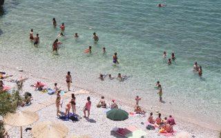 Μεγάλο το πλήγμα για τον εγχώριο τουρισμό, με τους περισσότερους Ελληνες να προγραμματίζουν μόνο για μια βουτιά κάπου κοντά...
