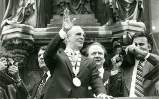 Ο πρωθυπουργός Κωνσταντίνος Καραμανλής μετά την απονομή του βραβείου «Καρλομάγνος» χαιρετίζει από το μπαλκόνι του Δημαρχείου στο Ααχεν της Γερμανίας τον κόσμο που τον επευφημεί...
