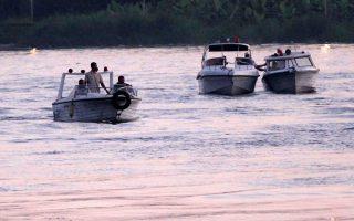 Μέλη του σωστικού συνεργείου αναζητούν τους επιζώντες και τα θύματα του δυστυχήματος στον ποταμό Νείλο.