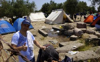 Στον καταυλισμό του Καρά Τεπέ, στην πόλη της Μυτιλήνης, υπάρχουν μόνο 15 τουαλέτες για περισσότερους από 3.000 πρόσφυγες. «Το πρόβλημα μας ξεπερνά», λέει ο Γιώργος Πάλλης, δημοτικός σύμβουλος.