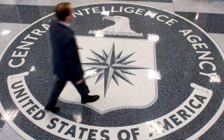 Η κεντρική είσοδος του αρχηγείου της CIA στο Λάνγκλεϊ της Βιρτζίνια, με τον διάσημο θυρεό στο δάπεδο.