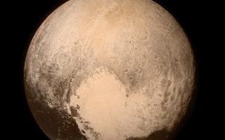 Αριστερά ο Πλούτωνας, ο πιο μικρός πλανήτης του Ηλιακού Συστήματος. Δεξιά επάνω, το διαστημικό σκάφος New Horizons και κάτω μία από τις εκπληκτικές φωτογραφίες που έστειλε στη γη, η οποία δείχνει τεράστια βουνά ύψους 3.600 μέτρων, τα οποία δεν αποτελούνται από πετρώματα αλλά από υδάτινο πάγο.
