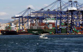 Οι Κινέζοι θυμίζουν ότι εκτροχιασμός από το ευρώ σημαίνει πως πολλά projects που συνδέονται με το λιμάνι του Πειραιά, όπως τα logistics centers, θα επηρεαστούν δυσμενώς. Αυτό μπορεί να απειλήσει μεσοπρόθεσμα το κυοφορούμενο δεύτερο στάδιο των επενδύσεων, όπως είναι η εγκατάσταση γραμμών συναρμολόγησης προϊόντων που κατευθύνονται στις ευρωπαϊκές αγορές.