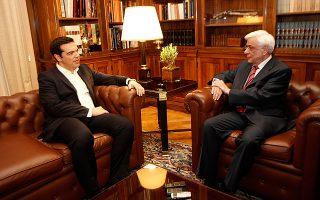 Στιγμιότυπο από το Προεδρικό Μέγαρο όπου σήμερα, λίγο πριν από την 1η πρωινή, ο πρωθυπουργός Αλέξης Τσίπρας ενημέρωσε τον Πρόεδρο της Δημοκρατίας για το αποτέλεσμα του δημοψηφίσματος και εισηγήθηκε σύγκληση συμβουλίου πολιτικών αρχηγών, το οποίο θα συνέλθει σήμερα στις 10 το πρωί υπό την προεδρία του κ. Προκόπη Παυλόπουλου. Στο συμβούλιο δεν θα προσέλθει η Χρυσή Αυγή.
