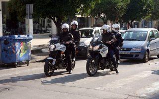 Τέσσερις αστυνομικοί της ομάδας ΔΙΑΣ, μαζί με δύο της Αμεσης Δράσης και δύο ακόμα ένστολους από τις πεζές περιπολίες της ΕΛ.ΑΣ. αναλαμβάνουν τη φύλαξη κάθε υποκαταστήματος.