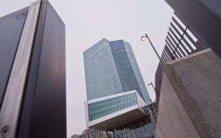 Η Ευρωπαϊκή Κεντρική Τράπεζα διοχετεύει 60 δισ. ευρώ ανά μήνα στο διατραπεζικό σύστημα ώστε να αποφευχθεί ο κίνδυνος του αποπληθωρισμού.