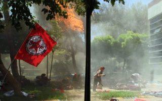 Ακτιβιστές τρέχουν να απομακρυνθούν από το σημείο της έκρηξης σε πολιτιστικό κέντρο της τουρκικής πόλης Σουρούτς, στα σύνορα με τη Συρία.