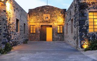 Αξιοποιώντας τις εγκαταστάσεις του παλιού εργοστασίου παραγωγής χυμού ντομάτας της οικογενείας Νομικού, στη Βλυχάδα, το Santorini Arts Factory είναι ένας πρότυπος σύγχρονος χώρος ανάπτυξης της ιδιωτικής πρωτοβουλίας στον πολιτισμό, συνδυάζοντας τις εκδηλώσεις με τη μόνιμη έκθεση του Βιομηχανικού Μουσείου Τομάτας «Δ. Νομικός».