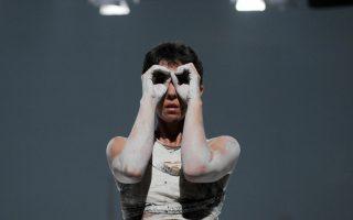 Η απόφοιτη της Κρατικής Σχολής Χορού, Αγνή Παπαδέλη-Ρωσσέτου, σε σόλο που χορογράφησε και ερμηνεύει η ίδια, σε γενική δοκιμή της παράστασης