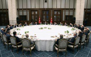 Ο Ταγίπ Ερντογάν σε επίσημο δείπνο, μετά τη διακοπή της νηστείας του Ραμαζανίου, στο προεδρικό μέγαρο.