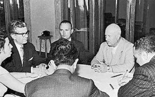 Ο Σοφοκλής Βενιζέλος  (στη μέση αριστερά) και ο Σοβιετικός ηγέτης Νικίτα Χρουστσόφ (στη μέση δεξιά) κατά τη συνάντησή τους στην Κριμαία.