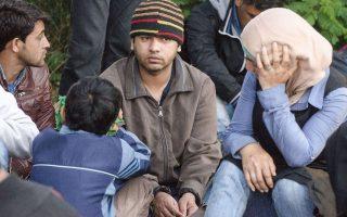 Αιτούντες άσυλο στέκονται εξουθενωμένοι στην άκρη του δρόμου στο χωριό Ασταλόμ της Ουγγαρίας, λίγο αφότου διέσχισαν τα σύνορα μέσω της Σερβίας.