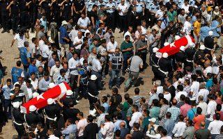 Στη φωτογραφία, η κηδεία δύο Τούρκων αστυνομικών που δολοφονήθηκαν από το κουρδικό ΡΚΚ.