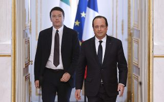epa04126679 French President Francois Hollande (R) and Italian Prime Minister Matteo Renzi (L) walk to the rostrum prior to holding a press conference after their lunch meeting at the Elysee Palace in Paris, France, 15 March 2014.  EPA/YOAN VALAT