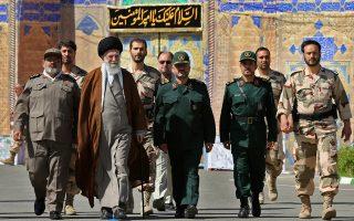 Ο ανώτατος θρησκευτικός ηγέτης αγιατολάχ Αλί Χαμενεΐ οδεύει προς την τελετή αποφοίτησης των αξιωματικών των Φρουρών της Επανάστασης, προπύργιο των σκληροπυρηνικών του Ιράν.