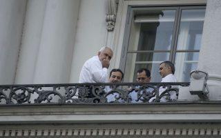 Ο Ιρανός υπουργός Εξωτερικών, Τζαβάντ Ζαρίφ (αριστερά), και άλλα μέλη της ιρανικής αντιπροσωπείας, σε μπαλκόνι του ξενοδοχείου της Βιέννης όπου διεξάγονται οι διαπραγματεύσεις.