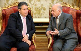Ο Γερμανός αντικαγκελάριος, Ζίγκμαρ Γκάμπριελ (αριστερά), με τον Ιρανό υπουργό Πετρελαίου, Μπιζάν Ζανγκανέχ, κατά τη χθεσινή συνάντησή τους στην Τεχεράνη. Το Βερολίνο σπεύδει να εκμεταλλευθεί τις οικονομικές δυνατότητες από την άρση των κυρώσεων.
