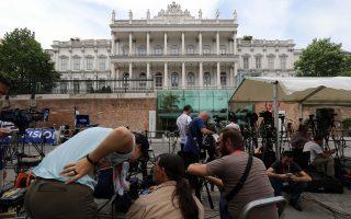 Δημοσιογράφοι περιμένουν «λευκό καπνό» από το Palais Coburg της Βιέννης, όπου διεξάγονται οι διαπραγματεύσεις.