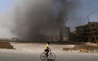 Πυκνός καπνός υψώνεται από τη Ράκα, «πρωτεύουσα» του ISIS που βομβαρδίζεται από το συριακό πυροβολικό (φωτογραφία αρχείου).