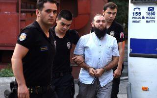 Τούρκοι αστυνομικοί οδηγούν τους υπόπτους για συνεργασία με το «Ισλαμικό Κράτος» για ιατρικό έλεγχο.