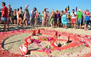 Τουρίστες σε εκδήλωση αλληλεγγύης με τα θύματα των τζιχαντιστών στο νησί Τζέρμπα της Τυνησίας.