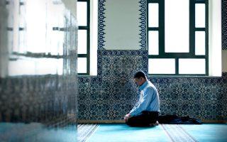 Μουσουλμάνος προσεύχεται στο Εσκί Τζαμί της Κομοτηνής. «Ενας συνάδελφός μου θεολόγος της Β' Λυκείου με κάλεσε να μιλήσω με τα παιδιά για το κεφάλαιο του βιβλίου τους που αφορούσε το Ισλάμ, λέει στην «Κ» ο 25χρονος ιεροδιδάσκαλος Αχμέτ Καχριμάν.