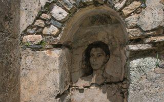 Φωτογραφικό έργο  του Κωστή Αντωνιάδη στα βυζαντινά ερείπια της Καλορίτσας -  Falling Apart, Nάξοs