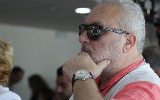 Summer fashion. Πόσο ωραία έχει ταιριάξει το ρολόι του με το μπλουζάκι του ο Γρηγόρης Ψαριανός! Δείγμα της σικ παραλλαγής του στυλ Φίλης, όπως φοριέται στο Ποτάμι...