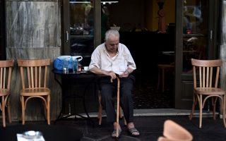 Συνταξιούχος μετράει τα κέρματα, για να δει αν του φθάνουν για Μύκονο, όπου ως γνωστόν συχνάζουν όσοι στριμώχνονται στις ουρές, εν αντιθέσει με τους οπαδούς του λιτού βίου που προτιμούν Αίγινα...