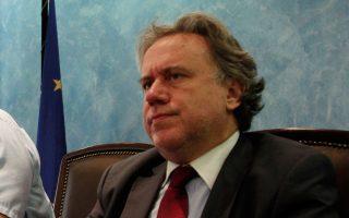 Ο αναπληρωτής υπουργός Διοικητικής Ανασυγκρότησης Γιώργος Κατρούγκαλος, αναφερόμενος στη διαφαινόμενη ανάκληση των επαναπροσλήψεων, δήλωσε πως «είναι πρόωρο να σχολιάζουμε κάτι τέτοιο. Θα το δούμε στη συνέχεια».