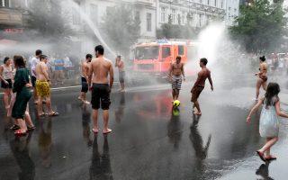 Η αντλία της πυροσβεστικής στο Πρέντσλαουερ Μπεργκ του Βερολίνου δεν σβήνει κάποια φωτιά, ούτε εκδιώκει διαδηλωτές, αλλά προσφέρει απλόχερα δροσιά στους πολίτες που έσπευσαν να φορέσουν μαγιώ, καθώς το θερμόμετρο στη γερμανική πρωτεύουσα έδειξε 37 βαθμούς.