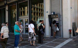 Οι ουρές στα ΑΤΜ συνεχίζονται, την ώρα που οι τράπεζες θα υποχρεωθούν σε νέο κύμα συρρίκνωσης.