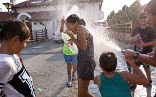 Παιδιά δροσίζονται στους δρόμους της Πρίστινας πετώντας νερό. Εντονες υπήρξαν οι αντιδράσεις της σερβικής κυβέρνησης απέναντι στο αίτημα του Κοσόβου για ένταξη στην UNESCO.