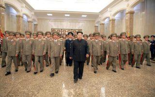Τον τρόμο βλέπουν αξιωματούχοι που συναντούν τον δικτάτορα της Βόρειας Κορέας, αφού το παραμικρό αρκεί για να διατάξει την εκτέλεσή τους. Εδώ είναι στο Ανάκτορο του Ηλίου Κουμσουσάν.
