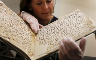 Με μεγάλη προσοχή κρατά στα χέρια η συντηρήτρια ένα Κοράνι ηλικίας 1.370 ετών, ένα από τα αρχαιότερα που έχουν βρεθεί μέχρι σήμερα.