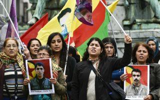 Με φωτογραφίες θυμάτων από την πρόσφατη τρομοκρατική επίθεση τζιχαντιστών στην κουρδική πόλη Σουρούτς, στη νότια Τουρκία, Κούρδοι διαδηλώνουν στις Βρυξέλλες, με αφορμή τη σύνοδο υπουργών Εξωτερικών του ΝΑΤΟ, όπου εκφράστηκε η αλληλεγγύη της Συμμαχίας στην Τουρκία.