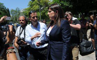 Η κ. Κωνσταντοπούλου στάθηκε στη «σχέση συντροφικότητας και ειλικρίνειας» που, όπως είπε, τη συνδέει με τον πρωθυπουργό και αναφέρθηκε σε κοινή συστράτευσή τους στην υπηρέτηση των λαϊκών συμφερόντων.