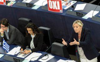 Η ηγέτις του γαλλικού Εθνικού Μετώπου Μαρίν Λεπέν, κατά τη χθεσινή συνεδρίαση της Ολομέλειας του Ευρωπαϊκού Κοινοβουλίου, στο Στρασβούργο.