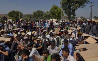 Στον Καρά-Τεπέ, 4.000 πρόσφυγες απέκλεισαν τον δρόμο διαμαρτυρόμενοι για την έλλειψη τουαλετών.