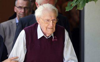 O καταδικασμένος σε τετραετή φυλάκιση Οσκαρ Γκρένινγκ εγκαταλείπει τη δικαστική αίθουσα.