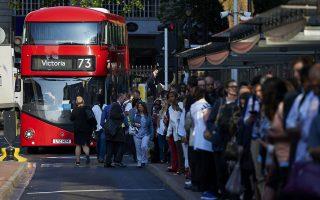 Πρωινοί επιβάτες των αστικών συγκοινωνιών στο Λονδίνο περιμένουν στην ουρά στον σταθμό του μετρό Βικτώρια, στη διάρκεια της χθεσινής 24ωρης απεργίας του Υπογείου, της πρώτης από το 2002. Επικράτησε χάος, καθώς κανένας από τους συρμούς δεν κινήθηκε. Αιτία της κινητοποίησης ήταν η αντίρρηση των συνδικάτων σχετικά με τα νέα βραδινά δρομολόγια. Ο