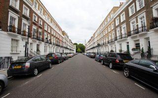 Οι κάτοικοι του Λονδίνου διαμαρτύρονται, εδώ και καιρό, για τη μεγάλη άνοδο των τιμών στις κατοικίες του Λονδίνου, με τους νέους αγοραστές να μην εμφανίζονται καν για την παραλαβή των κλειδιών, καθώς δεν έχουν καμία πρόθεση να μετακομίσουν.