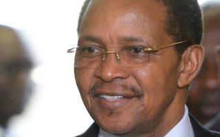 Ο Τανζανός πρόεδρος Ζ. Μ. Κικουέτε προσέρχεται για συνομιλίες με στόχο την αναχαίτιση της επιδημίας αιμορραγικού πυρετού.