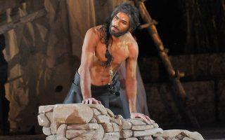 Ο ηθοποιός Νίκος Κουρής στον ρόλο του Αίαντα, του ήρωα που αισθάνεται αδικημένος από την κρίση των συμπολεμιστών του. Και ξεπερνάει τα όριά του.