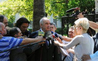 Ο πρόεδρος της Νέας Δημοκρατίας κ. Β. Μεϊμαράκης κάνει δηλώσεις σε δημοσιογράφους, έξω από το Προεδρικό Μέγαρο, μετά τη συνάντησή του με τον κ. Προκόπη Παυλόπουλο.