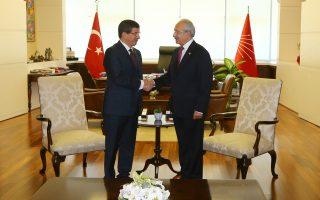 Σε θετικό κλίμα διεξήχθη η συνάντηση του Αχμέτ Νταβούτογλου (αριστερά) με τον ηγέτη του ισχυρότερου κόμματος της αντιπολίτευσης, Κεμάλ Κιλιτσντάρογλου, στον πρώτο γύρο των διαβουλεύσεων για τον σχηματισμό κυβέρνησης συνασπισμού.