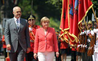 Ο Αλβανός πρωθυπουργός, Εντι Ράμα, καλωσορίζει την Αγκελα Μέρκελ στα Τίρανα. Επόμενοι σταθμοί για τη Γερμανίδα καγκελάριο είναι το Βελιγράδι και το Σαράγεβο.